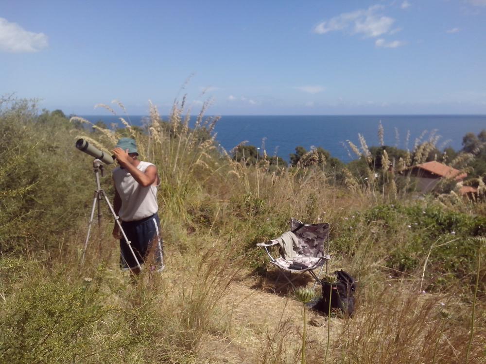 Il mare sullo sfondo del sito di sorveglianza (foto Di Trapani)