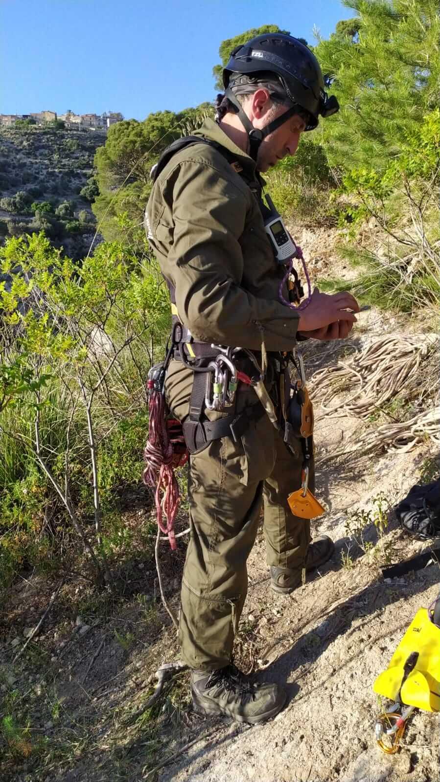 Operazioni preparatorie dell'equipe di rocciatori per l'attività di marcatura (foto Pollutri)
